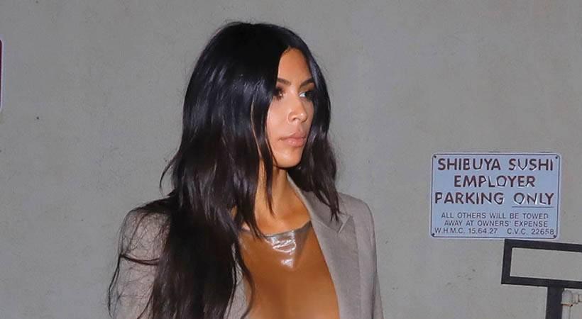 Kim Kardashian West v prozorni obleki in brez nedrčka!