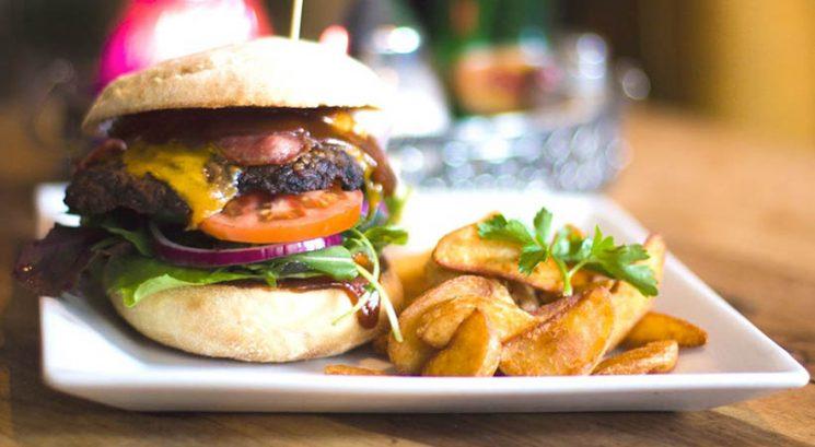 To se zgodi, če si med uživanjem hamburgerja zatisneš nos!