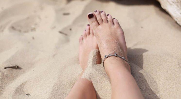 S tem preprostim trikom boš v trenutku odstranila mivko s stopal