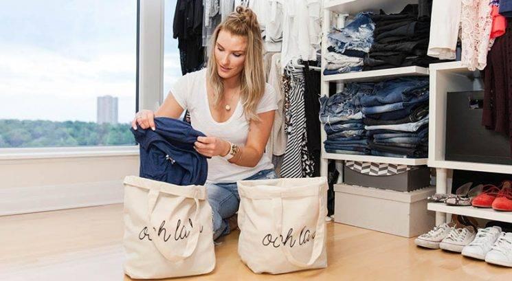 Čiščenje garderobe: Najboljši trik, s katerim se znebiš odvečnih oblačil