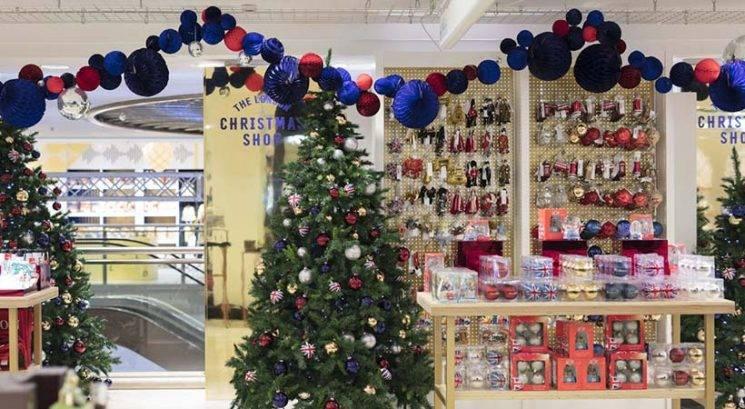 Božič sredi poletja? Ta trgovina se je že odela v praznične okraske!
