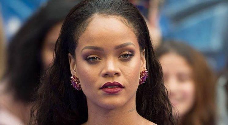 Rihanna presenetila z opazno večjim oprsjem! Je šla pevka pod nož?