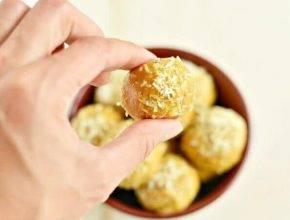 Brez pečenja: Kokosove beljakovinske kroglice s kurkumo