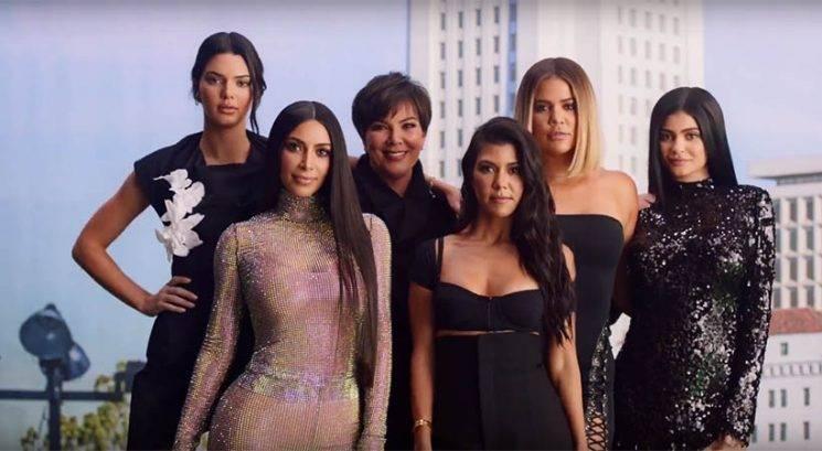 Kardashian-Jenner družina poustvarila prvi 'KUWTK' uvodni video