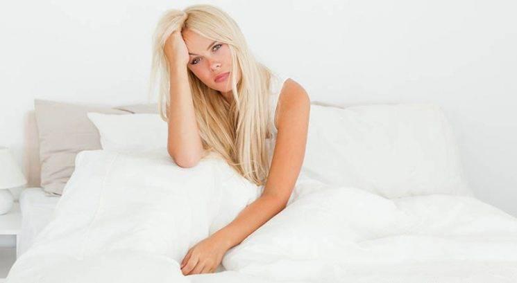 Obstaja razlog, zakaj si v času menstruacije ekstra utrujena