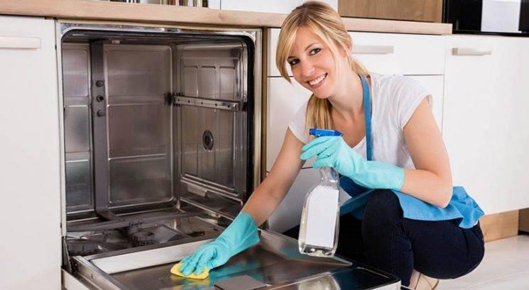 Kako v treh enostavnih korakih temeljito očistiti pomivalni stroj