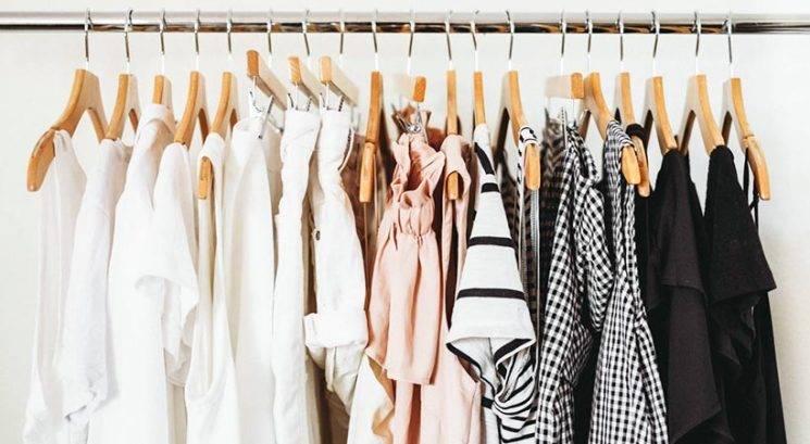 Briljanten trik, s katerim v nekaj minutah organiziraš garderobno omaro