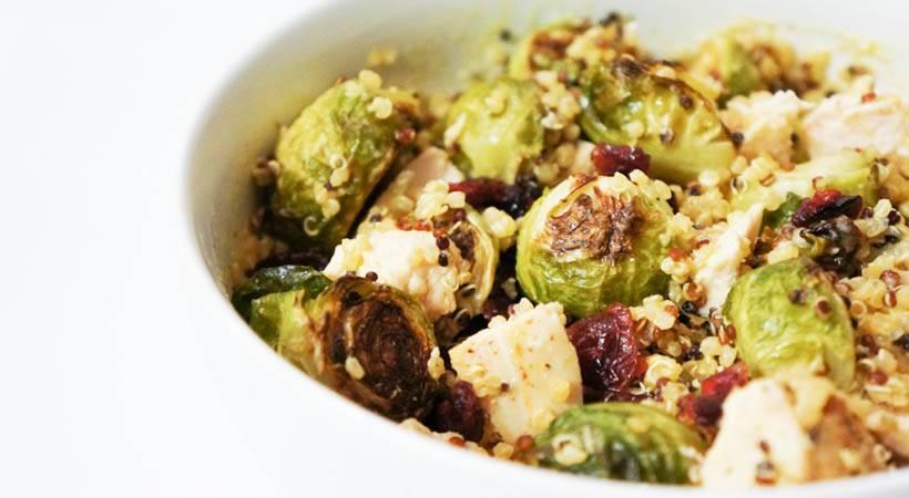 Recept: Topla kvinojina solata s pečenim brstičnim ohrovtom