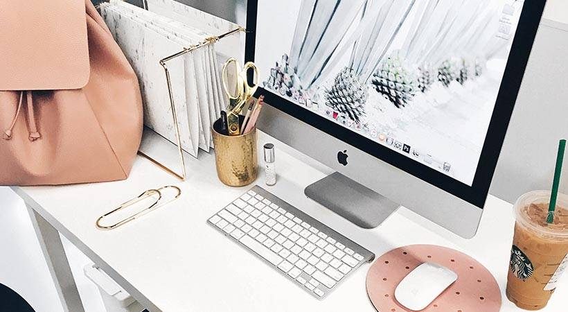 Kako organizirati pisalno mizo za maksimalno produktivnost