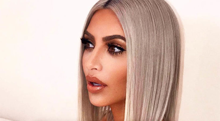 Kim Kardashian pozirala v spodnjem perilu, vse pa je zanimalo le, kaj je za njo