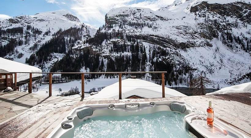 8 luksuznih zimskih pobegov z norimi jaccuzzi razgledi