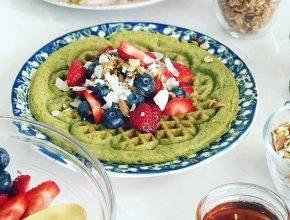 Zdrav zajtrk: Zeleni vaflji z gozdnimi sadeži