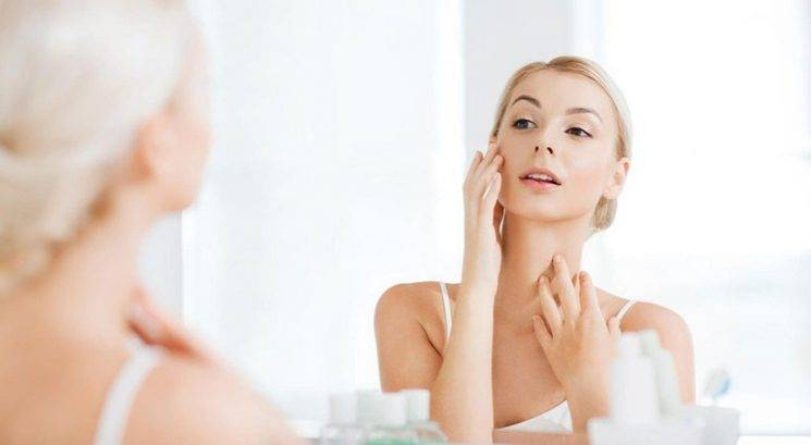 Milije: Kaj so in kako odstraniš majhne bele pikice na koži