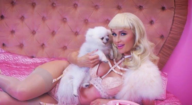 Paris Hilton na pol gola v svojem najnovejšem videospotu