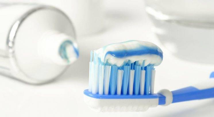 Dilema: Bi morala pred umivanjem zmočiti zobno ščetko ali ne?