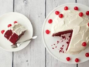 """Brezglutensko in vegansko: Rdeča žametna torta ali """"red velvet cake"""""""