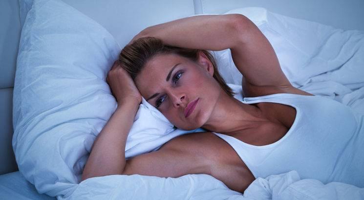 5 možnih razlogov, zakaj se konstantno zbujaš sredi noči