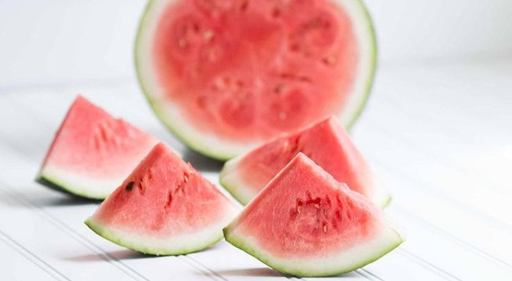 Kako razrezati celo lubenico v manj kot minuti
