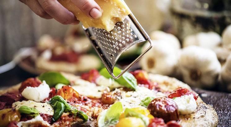 Genijalen 5-sekundni trik, kako najlažje očistiti strgalo za sir