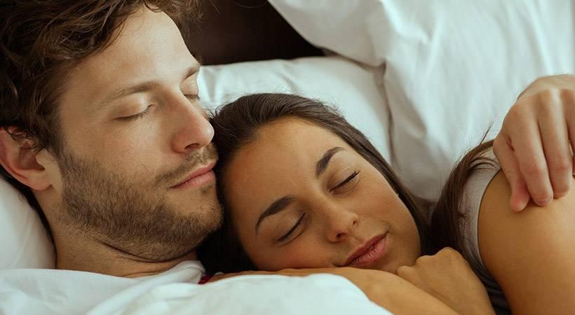 4 ključne razlike med ženskim in moškim spanjem