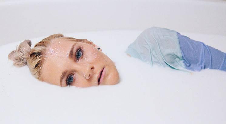 Kako ti lahko mleko pomaga odstraniti obrazne dlake