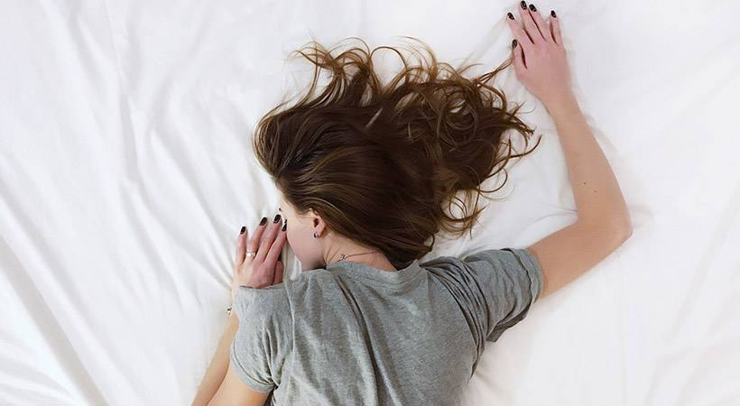 Pozor! Te spalne navade povzročajo hitrejše staranje kože