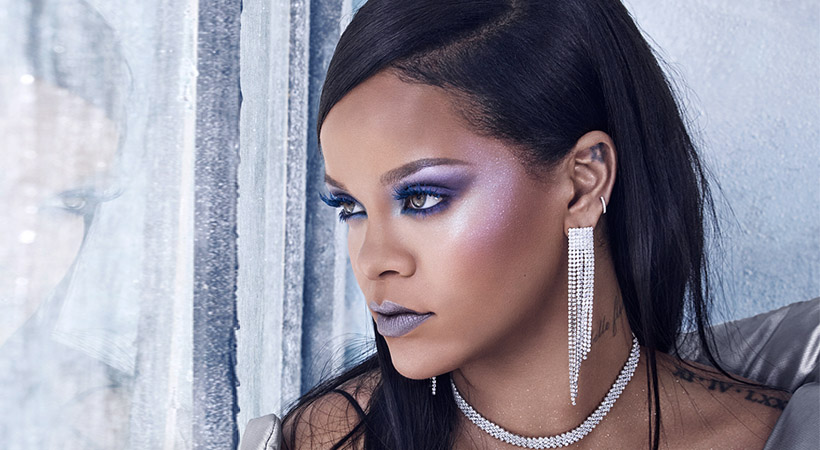 Rihanna v novem lepotnem tutorialu razkrila, kam vse nanaša osvetljevalec!