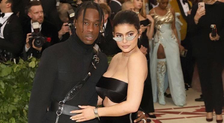 Kylie Jenner in Travis Scott kupila družinsko vilo! Vstopi v razkošno notranjost…