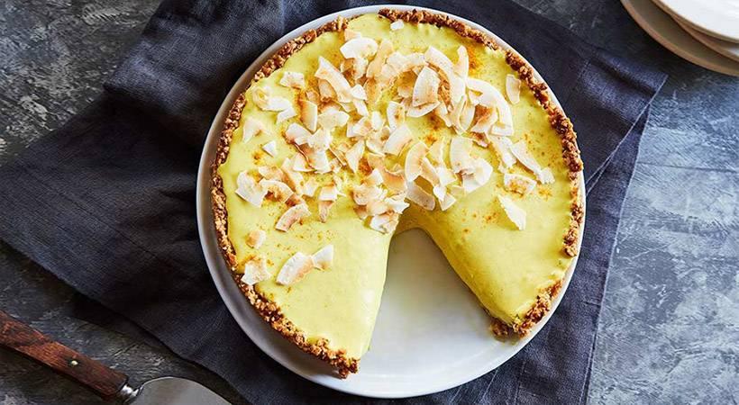"""Veganski recept: Skutina torta """"zlato mleko"""" z mandljevo podlogo"""