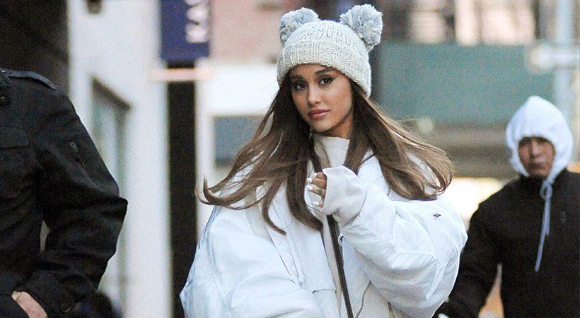 Ariana Grande pojasnila nenavadno postavitev novoletne smrečice