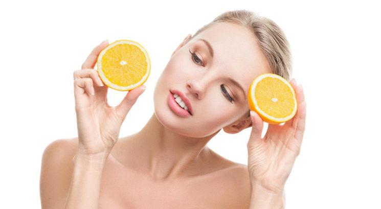 5 razlogov, zakaj bi morala vitamin C vključiti v svojo lepotno rutino