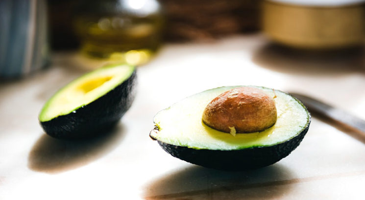 Zakaj bi morala avokado pred uživanjem obvezno umiti pod vodo