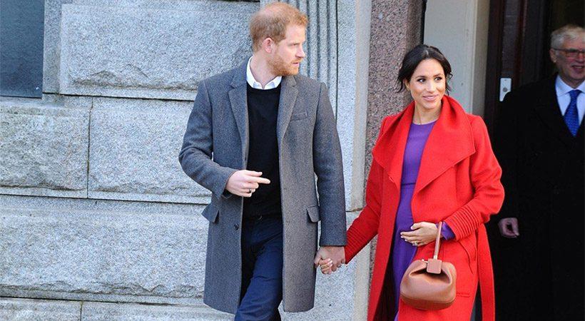 Zakaj Meghan Markle in Kate Middleton torbico običajno držita v LEVI roki