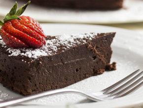 Valentinov recept: Čokoladna torta brez moke (iz samo 3 sestavin!)