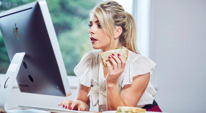 6 razlogov, zakaj v službi ne bi smela jesti malice za pisalno mizo