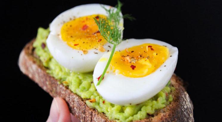 Kuharski trik: Kako v trdo skuhati jajca v mikrovalovni pečici