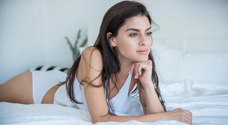Lepotna dilema: Je spanje z mokrimi lasmi res škodljivo?
