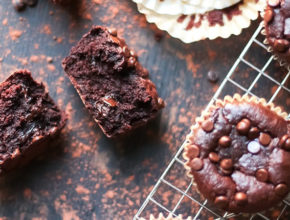 Zdravo in slastno: Visoko beljakovinski čokoladni muffini s čokoladnim polnilom