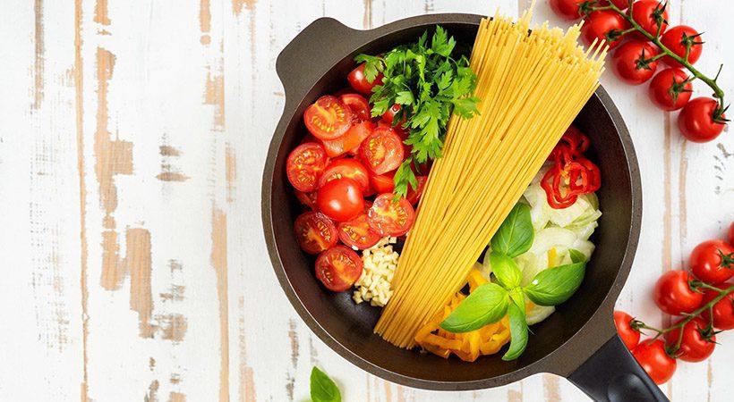 Kuharski trik: Kako skuhati testenine z omako v eni posodi