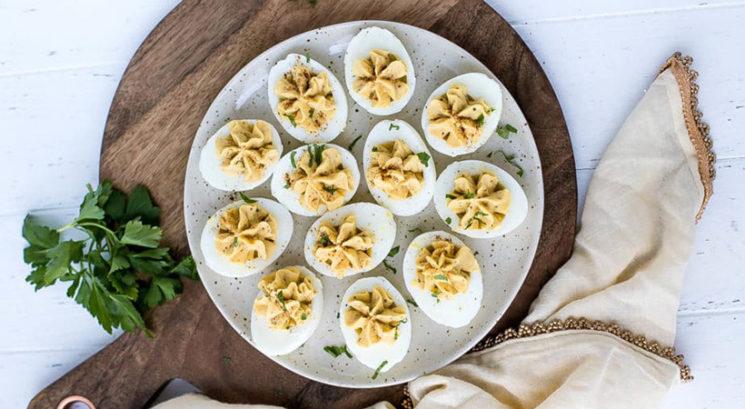 Fit recept: Nadevana jajca s humusom