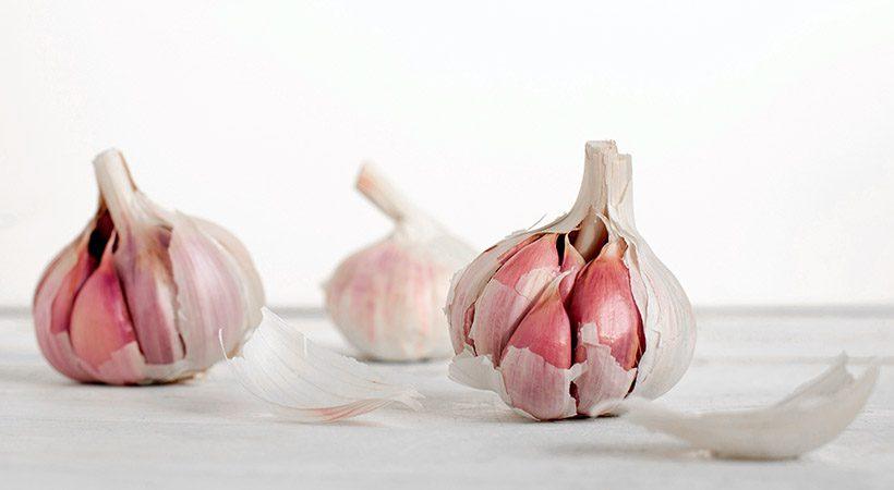 Kuharski trik: Lupljenje česna še nikoli ni bilo tako enostavno!