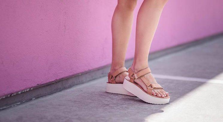 Kako se v vročih poletnih dneh izogniti prepotenim stopalom