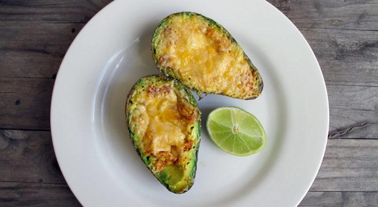 Nizkohidratni recept: Pečen avokado s stopljenim sirom