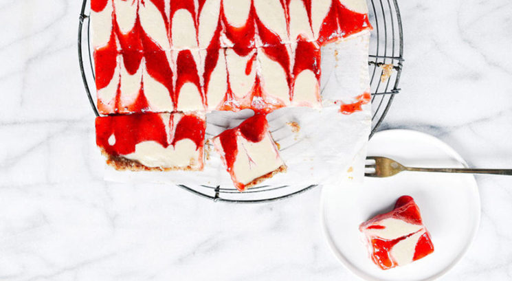 Veganski recept: Enostavna jagodna 'skutina' torta