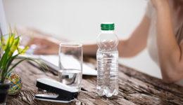 Zakaj ne bi smela nikoli ponovno napolniti plastenke za vodo