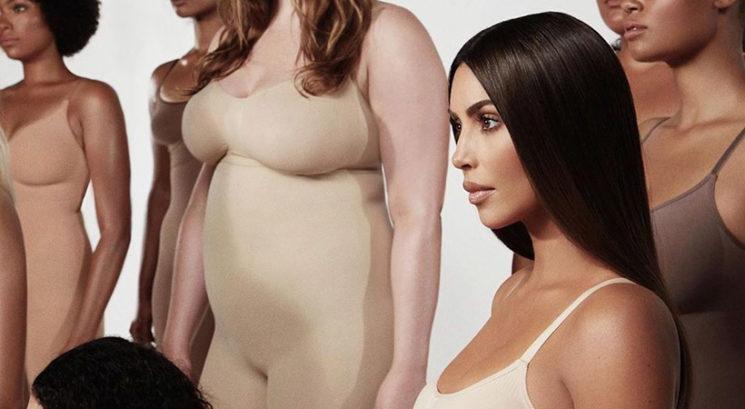 OMG! Moraš videti ta spodrsljaj na reklami za Kimine oblikovalce postave Skims