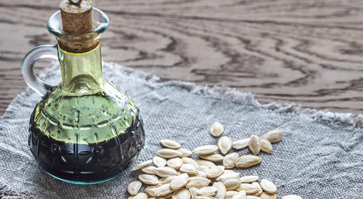 Bučno olje: 6 razlogov, zakaj bi ga morala uporabljati