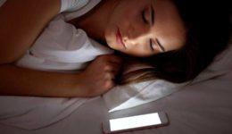 Razkrito, kako zelo škodljivo je spanje zraven mobilnega telefona!
