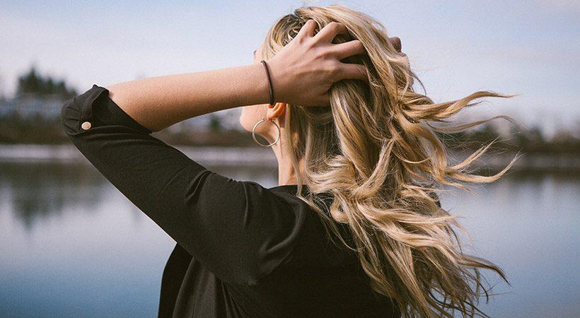 Kaj se zgodi, ko naneseš balzam pred šamponiranjem las?