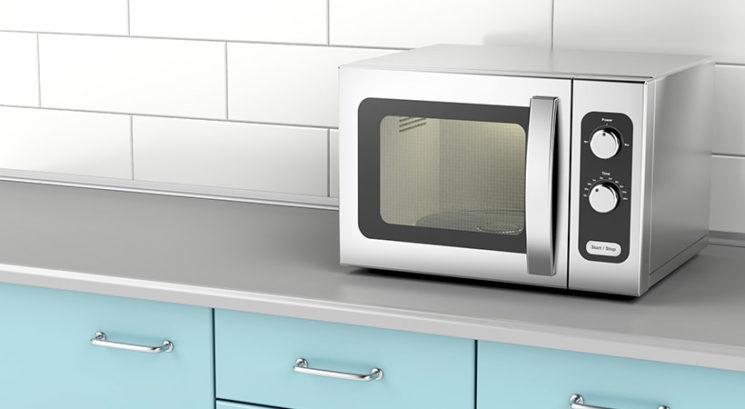Hrano v mikrovalovni pečici segrevaš na sredini? Napaka!